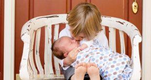 رنج کودکانی که باید نقش پدر و مادر را ایفا کنند